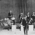 The Caldonians tijdens het Philips Songfestival in schouwburg De Kring in oktober 1961. L-R: Wim Hopstaken (piano), Janus Vervaart (contrabas), Rien Koen (drums), Leo van Ineveld (trombone), Anton van de Geijn (sax), Fred Hilberink (gitaar en zang), Piet