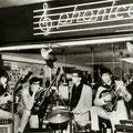 """THE INSTIGATORS (april 1966) voor de muziekwinkel """"Phonica"""" van Fred Hilberink in de 'Beens' Passage  vlnr: Rudy Musch - Edwin Musch - Eddy Ponjee - Toon van Dodewaard (Foto """"Rembrandt"""" - april 1966)"""