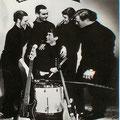 LES ENVOYÉ'S 1964 vlnr: Ger Raeimakers (zang) - Rein Klooster (sologt.) - Niek Brokx (drums) - Henk de Vries (bas) - Peter van Gorp (slaggt.)