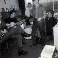 LES ENVOYÉ'S  repetitie 1965 l/r: Rein Klooster (sologt.), Harrij van Aldenhoven (bas), Niek Brokx (drums), Ger Raeimakers (zang) + fan
