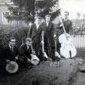 DADDY & his VIBRATIONS ca. 1961 met Egmond gitaren. vlnr: Ton van Gils - Cees Smeekens - Jack Goossen - Ad Smeekens - Hans Kuystermans (fotocollectie: Jack Goossen)