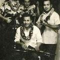 Hawaiian ensemble met vlnr. Evert Put (gitaar), Gerrit 'Nono' Gillet (hawaiian gitaar), ? (bas) en Dolf Halapiry (ukelele)