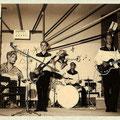 The Moving Stars tijdens een talentenjacht in Nieuwendijk, NB (1963)-  L-R: Teus Verhoeven (bas), Erie van der Werff (drums), Kees Versluis (slag) en niet in beeld aan de linkerkant Wim Visser (solo).