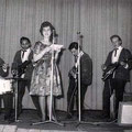 JOHNNY SPACE & his FLYING ROCKETS  (1961) vlnr: Vic Jut - Rudy de Lion - Rein Klooster - Peter van Gorp - Ger Raeimakers + zangeres/omroepster (?) op de voorgrond ?