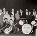 THE FOUR TIELMAN BROTHERS (THE 4 T'S) poseren op 19 mei 1957 in de achterzaal van Hotel De Schuur met hun Bredase kennissen na hun eerste officiële optreden.