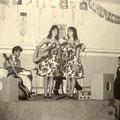 The Young Sisters in Hotel Brabant, Ginnekenweg op de planken (ca.1959/1960) met begeleiding van Paul Legand van The Blue Jeans op drums. (fotocollectie: Rein Klooster)