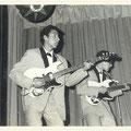 Toon van Dodewaard en Edwin Musch met hun Höfner gitaren (1965)