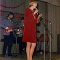 Zangeres Anja van den Avoort met The Parc Set op het podium tijdens een fanbal in Het Kompas in Hoeven