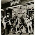 """THE INSTIGATORS (april 1966) voor de muziekwinkel """"Phonica"""" van Fred Hilberink in de 'Beens' Passage  vlnr: Edwin Musch - Eddy Ponjee - Rudy Musch - Toon van Dodewaard (Foto """"Rembrandt"""" - april 1966)"""
