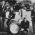 The Blue Rockin'Stars 1962 Eerste bandfoto met nieuwe outfit in het park in Breda l/r: Rein Klooster - Henk de Vries - Hans Emmerik - Wil Haneveer - Charles de Cort