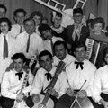 THE ROCKING SCREAMERS o.a. in gezelschap van de leden van een cabaret, samengesteld uit personeelsleden van Machinefabriek Brouwer te Oudenbosch, op 4 februari 1962.