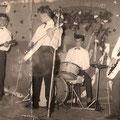 THE WILD DEVIL ROCKERS Oude foto uit de beginperiode ca. 1960-1962 (fotocollectie: J.A.P. Janssen-Scholt) Op de achtergrond staat te lezen The Gold Rocking Stars