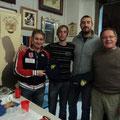 Franco Iacca (a sx) e Loris Mazzoletti (a dx) stanno per consegnare le maglie sociali ai nuovi soci: Danilo e Marco