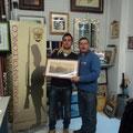 """La premiazione dello """"scelto"""" 2011: Gabriele Tabacchini riceve una stampa napoleonica incorniciata"""