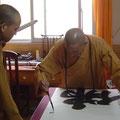 Luoyang 2007, der Abt macht für unsere Shaolin-Gruppe eine Kalligrafie