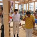 大工棟梁 伊久美さんと社長でお神酒をいただいております。