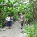 unterwegs im Shiripuna-Dorf