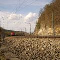 Ein Güterzug legt sich in die Kurfe.......(Bild Rico Schubert)