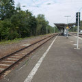 Blick vom Bahnsteig auf das Gleis4, das Schotterbett vonvom ehemal. Gleis5 sieht sehr sauper aus....