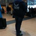 """Katrin in """"Arbeitskleidung"""" am Flughafen – auf dem Weg nach Rhodos"""