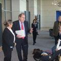 Der CDU-Abgeordnete Fischer im Gespräch mit den Kindern