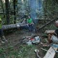 Am Lagerfeuer Geschichten erzählen