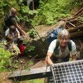 Verzeinzelt geht es auf schmalen Leitern bergauf