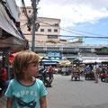 Nouchine zeigt den Orussey Markt