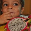 Jonathan probiert Drachenfrucht