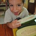 Jonathan probiert grüne Papaya