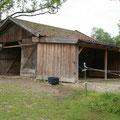 Große Hütte 30qm mit Paddock (links) und Paddock mit Unterstand für 2 Pferde (rechts)
