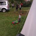 spielen hinterm Zelt