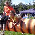 Verena und Lisa auf dem Holzpferd