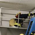 ... steigt von oben in einen Schacht (mit Leiter) ein und geht am Boden angekommen in umgedrehter Reihenfolge wieder zurück.