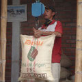 In 35 kg Säcke verpackt und zugenäht, sind die grünen Bohnen für die Lagerung bereit.