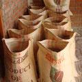 Säcke welche in der Umgebung produziert werden, bringen zusätzliche Einnahmen für die Landbevölkerung.