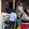 Die Pflückerinnen erhalten am Abend ihren Tageslohn gleich ausbezahlt.