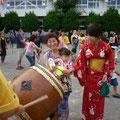 2005年 浦安市納涼盆踊り大会 開会前のひと時、子どもたちに親しんでもらおうと、ミニ太鼓教室を開催