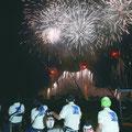 浦安市納涼花火大会では、花火を横目で見ながら各自治会が警備で応援(撮影 広報委員 松村)