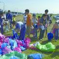 市内の自治会が花火大会翌朝の清掃活動に協力