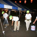 2005年 浦安市納涼盆踊り大会 終了後、人けのなくなった会場で吸殻などのゴミを拾う実行委員