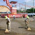 2005年 浦安市納涼盆踊り大会 2日目、やぐらを前に校庭を整備する実行委員