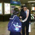2005年 夜間路上禁煙運動キャンペーンで市民にお願いする岡本会長