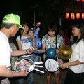 2005年 浦安市納涼盆踊り大会 会場入口でうちわを配る実行委員