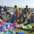 夏:花火大会翌朝の清掃活動