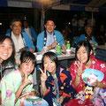 2005年 浦安市納涼盆踊り大会 岡本連合会会長、松崎市長も子どもたちには負けます!「ハイ、ポーズ」