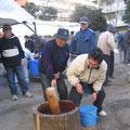 2005年 入船東エステート自治会餅つき大会 自治会長自ら杵をとって奮闘中!