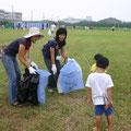 2005年 花火大会の翌朝、みなでゴミ拾いに協力