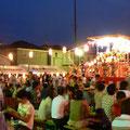 2007年 東野自治会夏祭り 踊る楽しみ、見る楽しみ、話す楽しみ、食べる楽しみ…そんなお祭りのために用意された長いすは、ビールケースに板を渡してつなげている