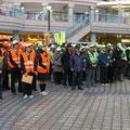 「冬の交通安全運動・歳末特別警戒活動」団結式が新浦安駅前広場で行われ、自治会を含めた多くの方々が集まった